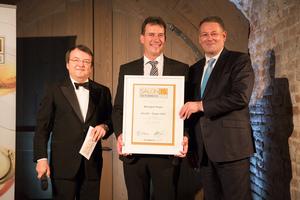 SALON 2015 Sieger: Weingut Payer, Burgenland (Bild Mitte), links: Geschäftsführer ÖWM Willi Klinger, rechts: Bundesminister für Land- und Forstwirtschaft, Umwelt und Wasserwirtschaft Andrä Rupprechter