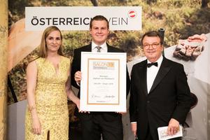 SALON 2019 Sieger: Weingut Alphart am Mühlbach (Bild Mitte), rechts: Geschäftsführer ÖWM Willi Klinger, links: Maria Großbauer (österreichische Werbefachfrau, Musikerin und Autorin)