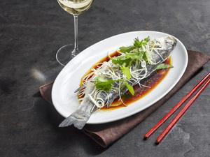 Gegarter Fisch und Weißwein