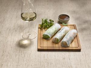 Vietnamesische Frühlingsrollen und Weißwein