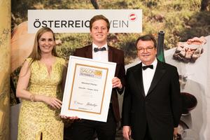 SALON 2019 Sieger: Weingut Pfeifer (Bild Mitte), rechts: Geschäftsführer ÖWM Willi Klinger, links: Maria Großbauer (österreichische Werbefachfrau, Musikerin und Autorin)