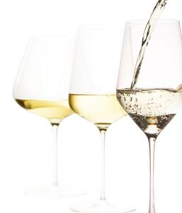 Gläser Weisswein einschenken
