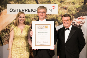 SALON 2019 Sieger: Weingut Fritz Josef (Bild Mitte), rechts: Geschäftsführer ÖWM Willi Klinger, links: Maria Großbauer (österreichische Werbefachfrau, Musikerin und Autorin)