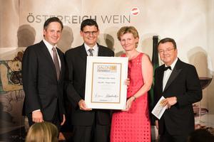 SALON 2018 Sieger: Weingut 10er Vock (Bild Mitte), rechts: Geschäftsführer ÖWM Willi Klinger, links: Präsident des österreichischen Weinbauverbandes NR Hannes Schmuckenschlager