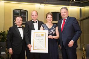 SALON 2016 Sieger: Weingut Schlager (Bild Mitte), links: Geschäftsführer ÖWM Willi Klinger, rechts: Bundesminister für Land- und Forstwirtschaft, Umwelt und Wasserwirtschaft Andrä Rupprechter