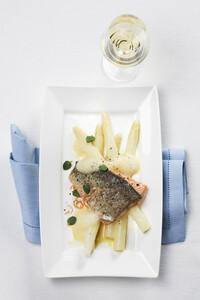 Lachsforelle auf weißem Spargel mit Weißwein