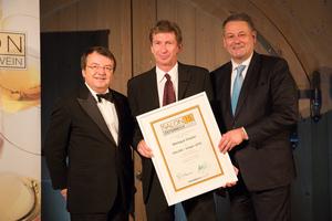SALON 2015 Sieger: Weingut Dopler, Thermenregion (Bild Mitte), links: Geschäftsführer ÖWM Willi Klinger, rechts: Bundesminister für Land- und Forstwirtschaft, Umwelt und Wasserwirtschaft Andrä Rupprechter