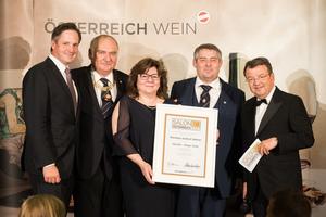 SALON 2018 Sieger: Weinbau Erbhof Nährer (Bild Mitte), rechts: Geschäftsführer ÖWM Willi Klinger, links: Präsident des österreichischen Weinbauverbandes NR Hannes Schmuckenschlager