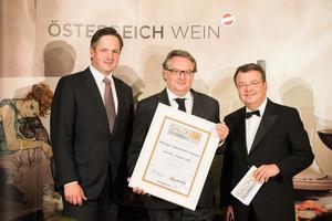 SALON 2018 Sieger: Weingut Steindorfer Roland (Bild Mitte), rechts: Geschäftsführer ÖWM Willi Klinger, links: Präsident des österreichischen Weinbauverbandes NR Hannes Schmuckenschlager