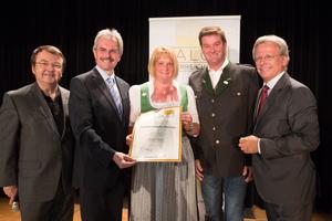 Weingut Familie Peinsipp, links: Geschäftsführer ÖWM Willi Klinger & Landesrat Niederösterreich Karl Wilfing, rechts: Direktor Casino Baden Edmund Gollubitz