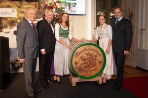 Weintaufe Österreich und Verleihung Bacchuspreis 2019 in Graz: v.l.n.r.: LR Johann Seitinger; Landeshauptmann Steiermark Hermann Schützenhöfer; Katrin Dokter; Weinkönigin Tatjana Cepnik; Johannes Schmuckenschlager