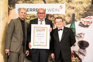 SALON 2019 Sieger: Weingut Tschida (Bild Mitte), rechts: Geschäftsführer ÖWM Willi Klinger, links: Martin Kušej (Theaterregisseur, Opernregisseur und Intendant)