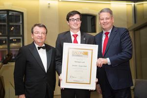 SALON 2016 Sieger: Weingut Leth (Bild Mitte), links: Geschäftsführer ÖWM Willi Klinger, rechts: Bundesminister für Land- und Forstwirtschaft, Umwelt und Wasserwirtschaft Andrä Rupprechter