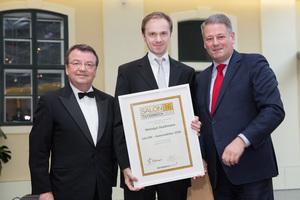 SALON 2016 Auserwählte: Weingut Stadlmann (Bild Mitte), links: Geschäftsführer ÖWM Willi Klinger, rechts: Bundesminister für Land- und Forstwirtschaft, Umwelt und Wasserwirtschaft Andrä Rupprechter