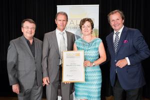 Weinbau Rita und Walter Mann, links: Geschäftsführer ÖWM Willi Klinger, rechts: Leiter Food & Beverage Casinos Austria Oliver Kitz