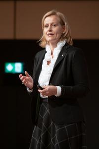 Susanne Staggl (ÖWM) stellt die neuen Riedenkarten der ÖWM vor.