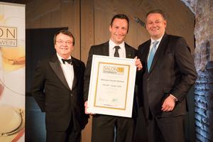 SALON 2015 Sieger: Weingut Gerald Waltner, Wagram (Bild Mitte), links: Geschäftsführer ÖWM Willi Klinger, rechts: Bundesminister für Land- und Forstwirtschaft, Umwelt und Wasserwirtschaft Andrä Rupprechter
