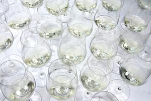 Gefüllte Weißweingläser