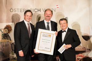 SALON 2018 Sieger: Weingut Hundsdorfer (Bild Mitte), rechts: Geschäftsführer ÖWM Willi Klinger, links: Präsident des österreichischen Weinbauverbandes NR Hannes Schmuckenschlager