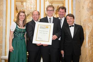 SALON 2013 Sieger: Weingut Bayer-Erbhof, Burgenland (Bild Mitte), links: Weinkönigin Elisabeth Hirschbüchler, Landesrat Andreas Liegenfeld, rechts: ÖWM Geschäftsführer Willi Klinger