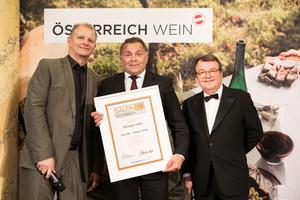SALON 2019 Sieger: Weingut Hahn (Bild Mitte), rechts: Geschäftsführer ÖWM Willi Klinger, links: Martin Kušej (Theaterregisseur, Opernregisseur und Intendant)