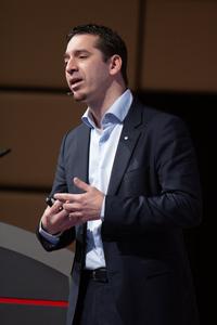 Christian Zechmeister (ÖWM) erläutert die Aktivitäten des Bereichs AT-DE.