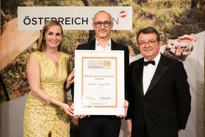 SALON 2019 Sieger: Weingut und Sektmanufaktur Harkamp (Bild Mitte), rechts: Geschäftsführer ÖWM Willi Klinger, links: Maria Großbauer (österreichische Werbefachfrau, Musikerin und Autorin)